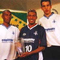 Foto: Fernandinho, Kleberson e Guilherme Marinato comemoram o pentacampeonato em 2002 - Divulgação/PSTC