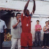 Foto: capitão do time, Fernandinho ergue a taça do Campeonato Paranaense Sub-17, em 2002 - Divulgação/PSTC