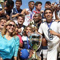Foto: elenco comemora título da segunda divisão do Campeonato Paranaense em 2015 - Divulgação/FPF